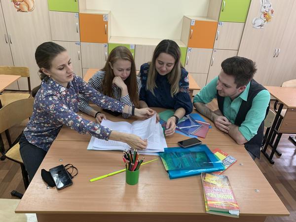 Команда молодых учителей начальной школы за разработкой учебного занятия